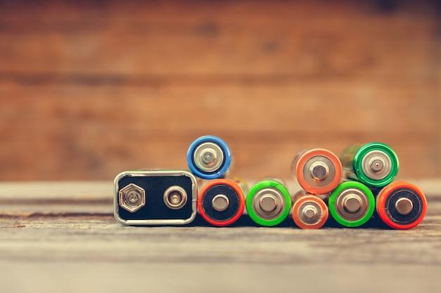 Beaucoup de batteries sur du vieux bois Photo Premium