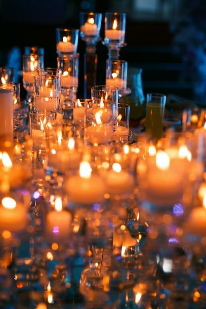 Beaucoup De Bougies Avec Des Lumières Sur La Table De ...