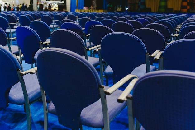 Beaucoup de chaises bleues vides dans un théâtre. Photo Premium