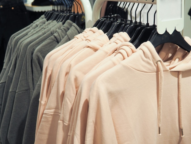 Beaucoup de choses colorées suspendues sur des cintres, concept de mode, shopping Photo Premium