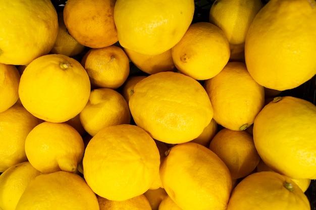 Beaucoup De Citrons Sont Dans Un Tiroir Du Magasin Photo Premium