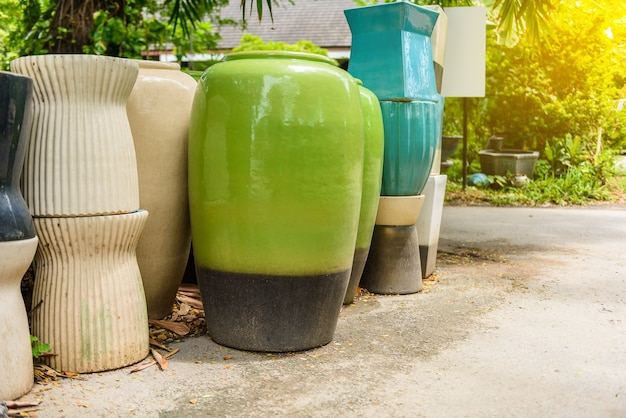 Beaucoup de différents bols et tasses en céramique multicolores brillants fabriqués à la main Photo Premium