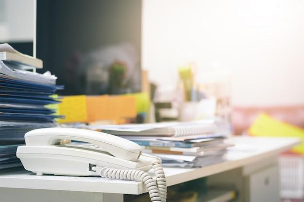 Beaucoup de documents non finis sur le bureau. tas de documents papier. Photo Premium