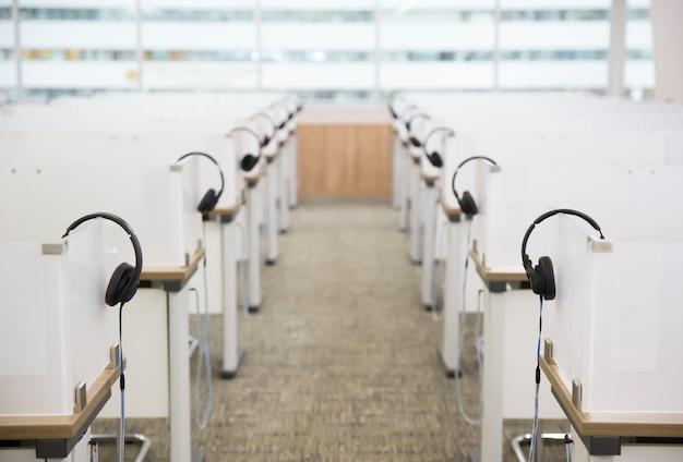Beaucoup D'écouteurs Au Centre D'appels. Photo Premium