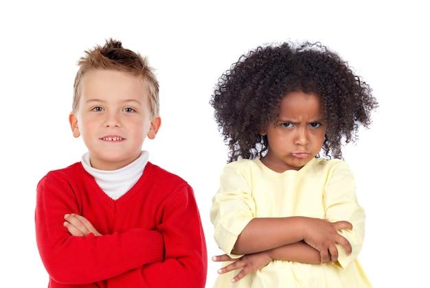 Beaucoup d'enfants en colère isolés sur fond blanc Photo Premium