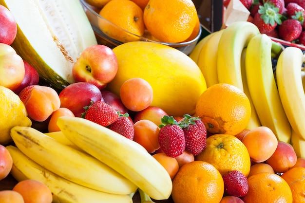 Beaucoup de fruits mûrs à table Photo gratuit