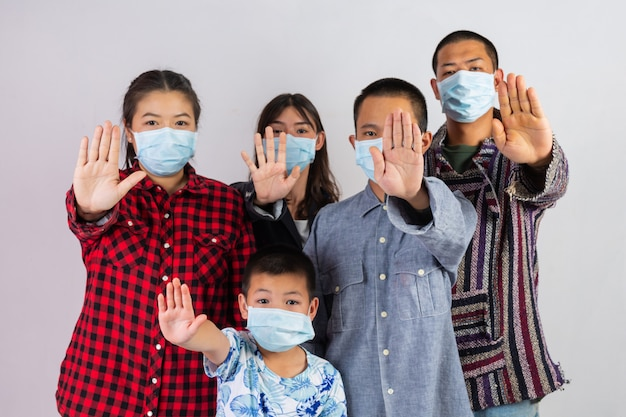 Beaucoup De Gens Portent Des Masques Qui Agissent Sur Un Fond Blanc. Photo gratuit