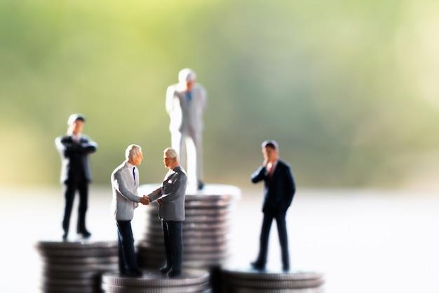 Beaucoup d'hommes d'affaires, concepts d'épargne et de finance Photo Premium
