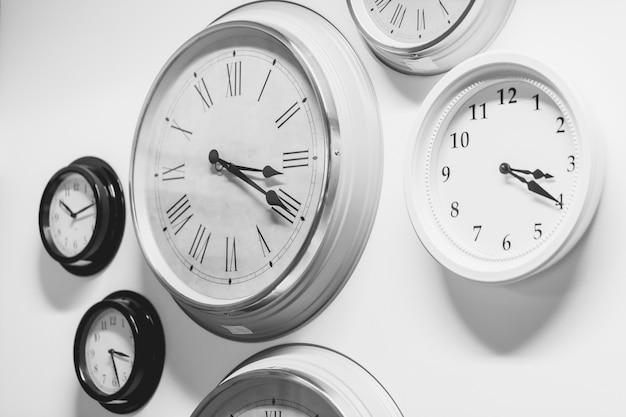Beaucoup d'horloge moderne style vintage sur le mur Photo Premium