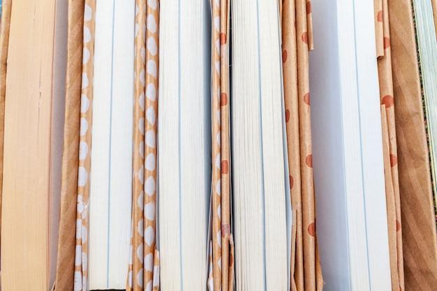 Beaucoup de livres piles. Photo Premium