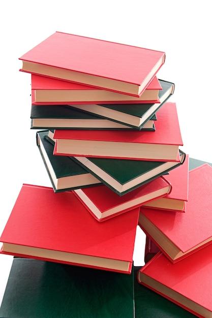 Beaucoup de livres rouges et verts empilés sur un fond blanc Photo Premium
