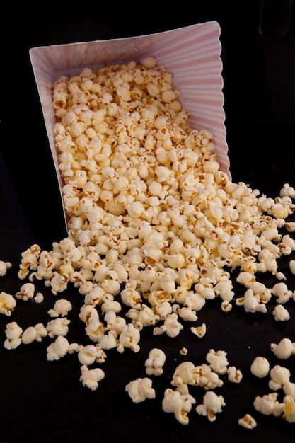 Beaucoup de maïs soufflé qui tombe d'une boîte Photo Premium