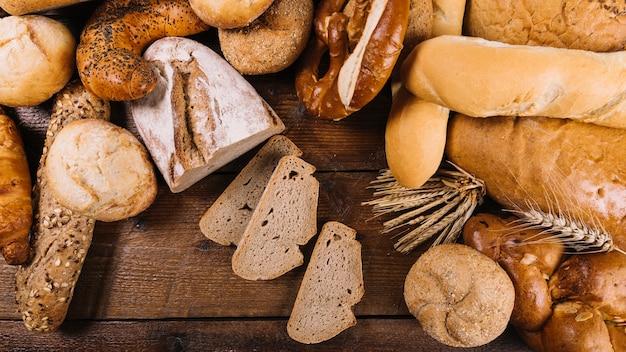 Beaucoup de pain fraîchement cuit sur une table en bois Photo gratuit