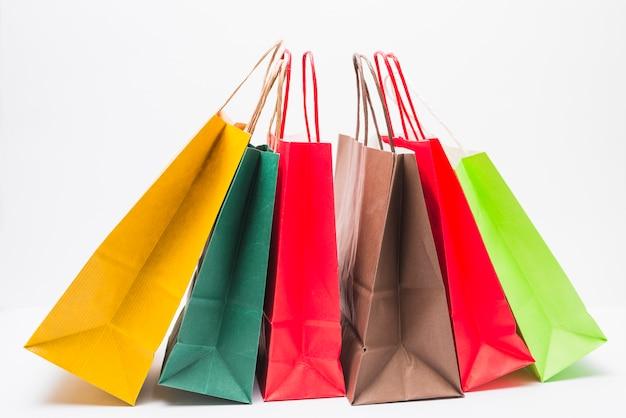 Beaucoup de paquets shopping lumineux avec poignées Photo gratuit