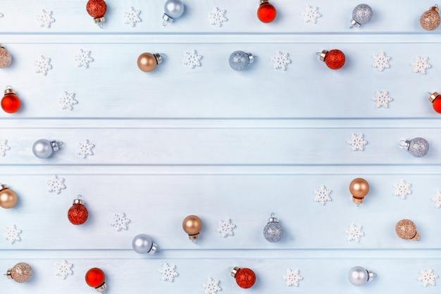 Beaucoup De Petites Boules Dorées, Argentées Et Rouges. Photo Premium