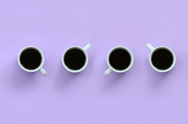 Beaucoup de petites tasses à café blanches sur fond de texture Photo Premium