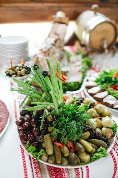 Beaucoup de plats savoureux sont sur la table le jour du mariage Photo gratuit
