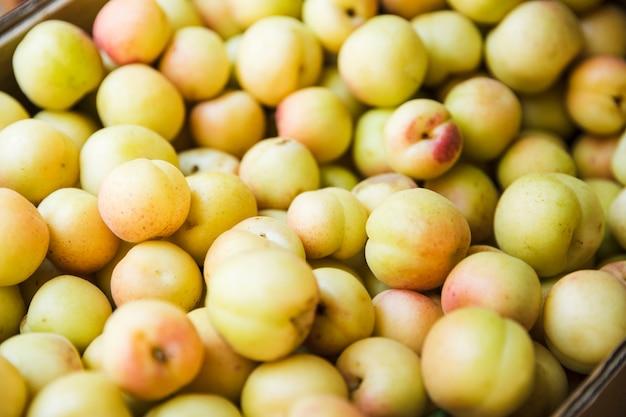 Beaucoup de prunes à vendre au marché aux fruits Photo gratuit