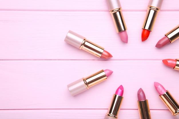 Beaucoup de rouges à lèvres rose, gros plan Photo Premium