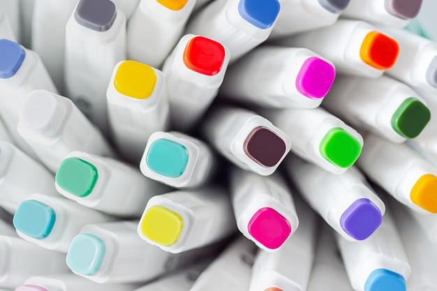 Beaucoup de stylos marqueurs couleurs assorties Photo Premium