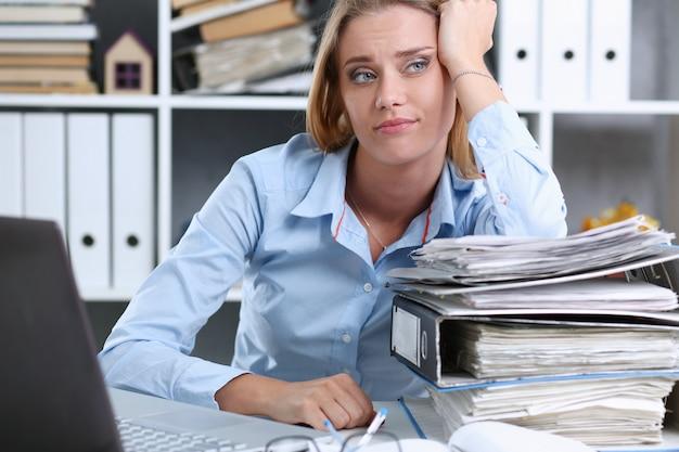 Beaucoup De Travail Attend Une Femme Fatiguée Et épuisée Photo Premium