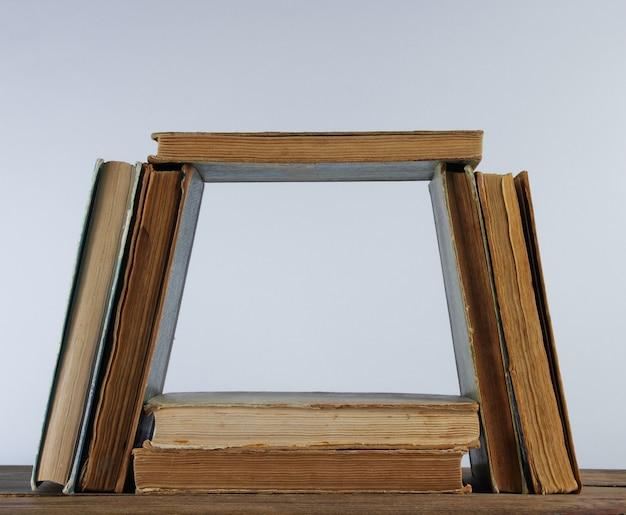 Beaucoup De Vieux Livres, Pipe Sur étagère En Bois Contre Le Mur Blanc Photo Premium