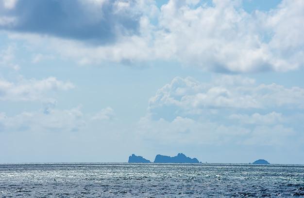 La beauté du ciel dans la mer et l'île de chumphon en thaïlande. Photo Premium