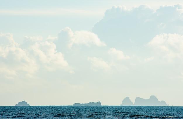 La beauté du ciel dans la mer et koh à chumphon en thaïlande. Photo Premium
