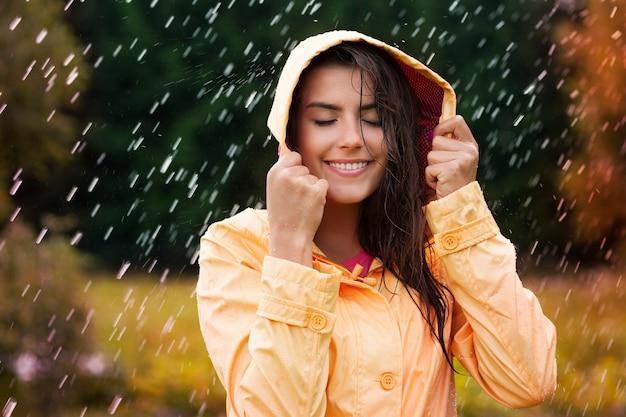 Beauté Féminine Naturelle Sous La Pluie D'automne Photo gratuit