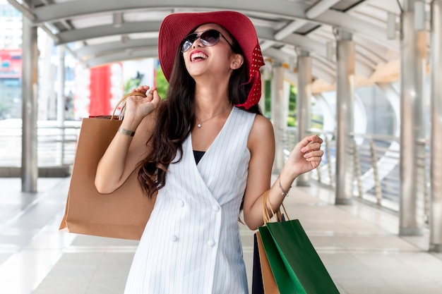 Beauté Femme Asiatique Tenant Le Sac à Provisions à La Ville En Plein Air. Photo Premium