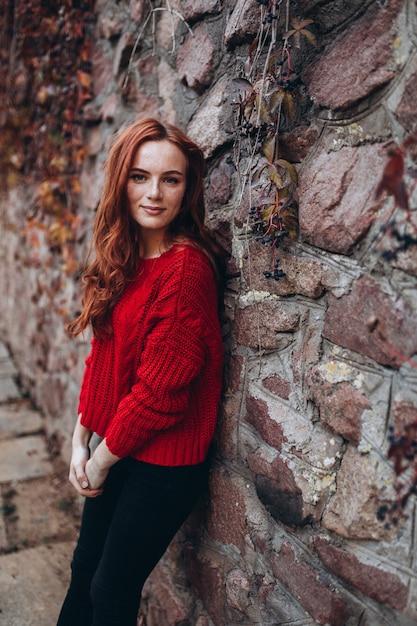 Beauté Femme Au Gingembre Avec Des Taches De Rousseur à L'extérieur Dans Le Parc De L'automne. Visage De Femme Beauté, Concept De Beauté Naturelle Photo Premium