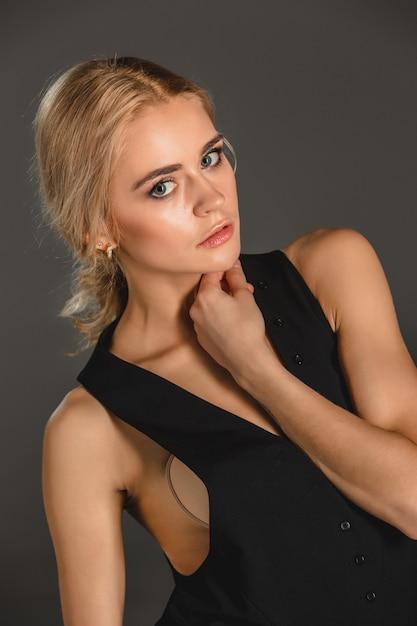 Beauté Femme Blonde Sur Fond Gris Photo gratuit