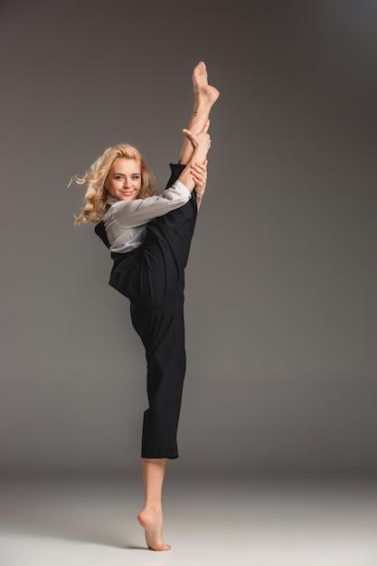 Beauté Femme Blonde En Pose De Ballet Photo gratuit