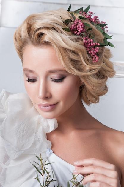 Beauté femme avec coiffure et maquillage de mariage. Photo Premium