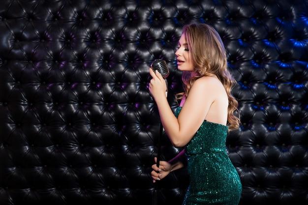 Beauté femme avec microphone rétro Photo Premium