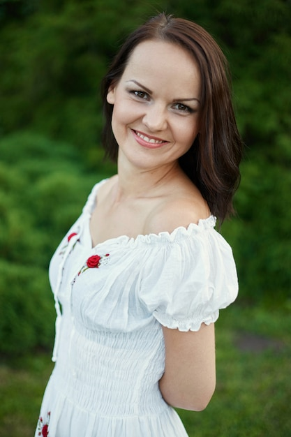 Beauté femme romantique en plein air Photo gratuit