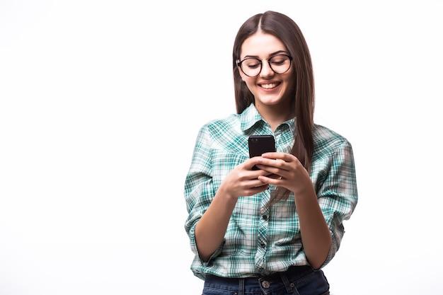 Beauté Femme Utilisant Et Lisant Un Téléphone Intelligent Sur Un Blanc Photo gratuit