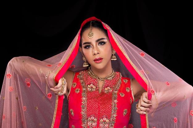 Beauté Indienne Face à De Grands Yeux Avec Un Mariage Parfait Photo Premium