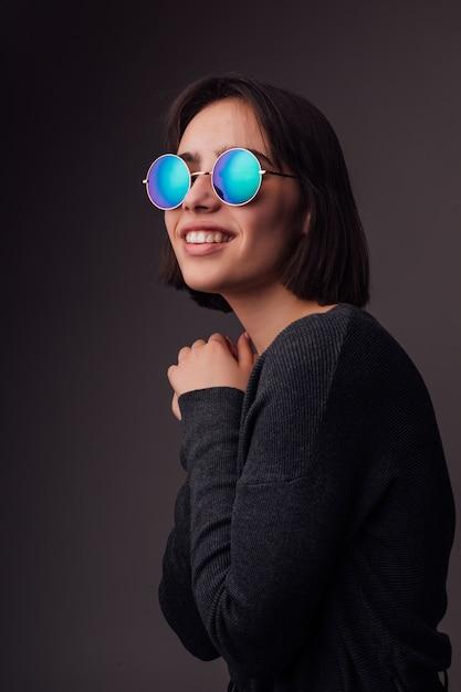 Beauté Mode Jeune Fille Brune Modèle Portant Des Lunettes De Soleil élégantes Isolé Sur Fond Gris. Blogger De Mode Photo gratuit