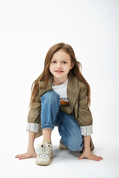 Beauté Mode Jeune Fille. Enfant Fille Posant, Joie Et émotions Amusantes Photo Premium