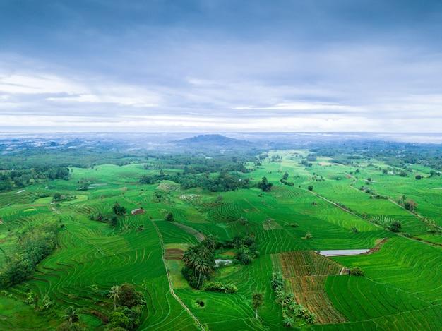 La beauté naturelle de l'indonésie avec des photos aériennes offrant un panorama exceptionnel Photo Premium