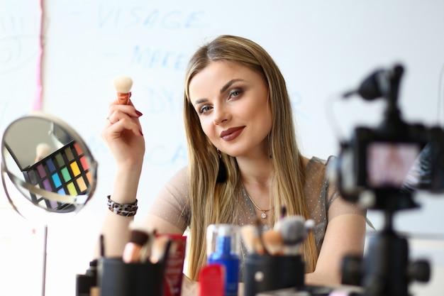 Beautiful Girl Blogger Recording Beauty Tips Vlog. Blog Vidéo De Diffusion De Femme Blonde. Miroir, équipement Visagiste Et Produit Cosmétique Sur Une Coiffeuse. Trendy Vlogger Girl Social Lifestyle Photo Premium