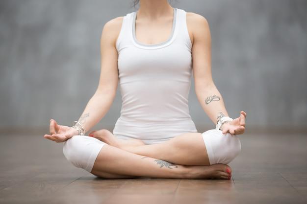 Beautiful yoga: ardha padmasana pose Photo gratuit