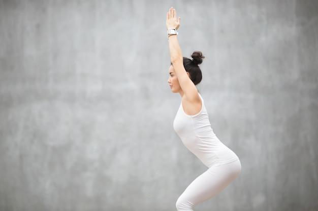 Beautiful yoga: utkatasana pose Photo gratuit