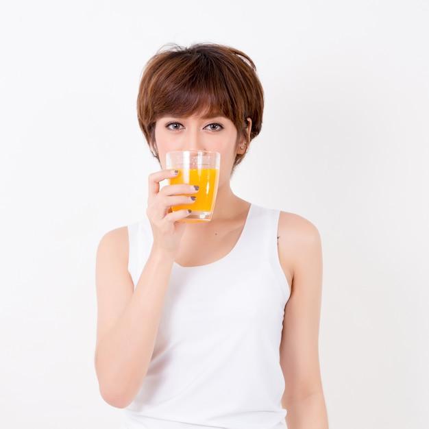 Beautifulyoung asie femme avec des aliments sains. isolé sur fond blanc Photo Premium