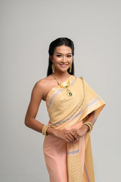 Beautyful femme thaïlandaise vêtue d'une robe thaïlandaise et sourire Photo gratuit