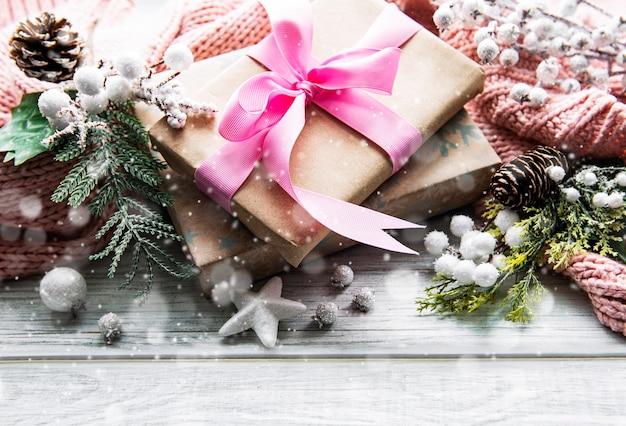 Beaux Cadeaux Pour Noël Avec Décor Sur Surface En Bois Photo Premium