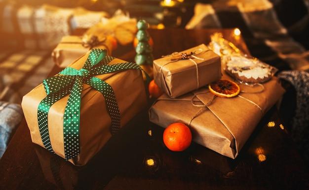 Beaux Cadeaux Sur Le Thème Se Trouvent Sur Une Table En Bois Photo Premium