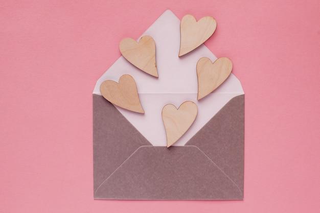 Beaux Coeurs En Bois Dans Une Enveloppe En Papier Photo Premium