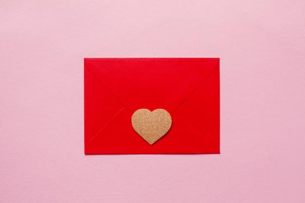 Beaux Coeurs En Bois Sur Un Message D'amour Enveloppe Papier Rouge Photo Premium